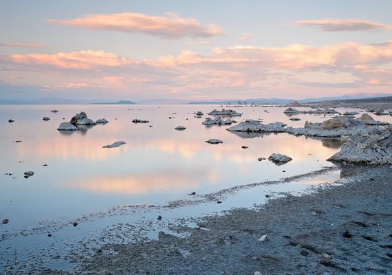 A tó naplemente idején még látványosabb.