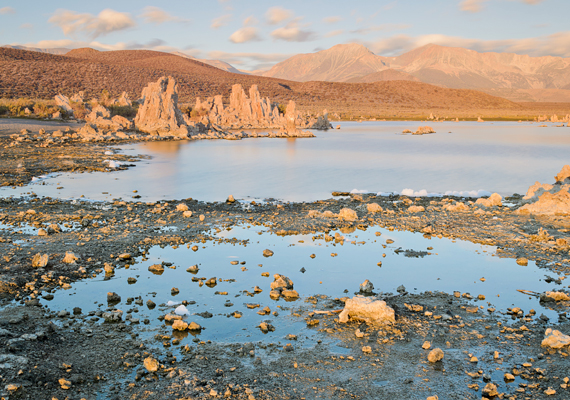 A tó sajátos látványát és ökoszisztémáját lefolyástalan mivoltából fakadó, magas sókoncentrációjának is köszönheti.