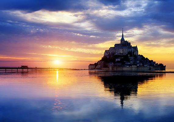 Ahogy arról az Index.hu is beszámolt, 2015. október 16-án hivatalosan is új sziget született Európában, ekkor adták ugyanis át azt a gyalogoshidat, mely a La Manche-csatorna árapály-síkságából kiemelkedő gránitsziklát, a Mont Saint Michelt a szárazfölddel összekötő gát szerepét veszi át.