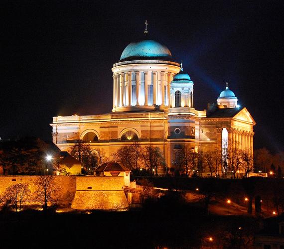 Az esztergomi bazilikában, vagyis az ország legmagasabb épületében található a Bakócz-kápolna. Ez az ország egyetlen épen maradt reneszánsz épülete, emellett a világ legnagyobb vászonra festett oltárképe is itt található.