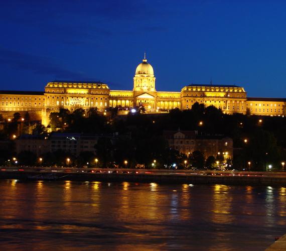 A Budai várnegyed, központjában a várral, szintén egy a 14 ezer műemlék közül. 1987 óta ez is a Világörökség részét képezi.