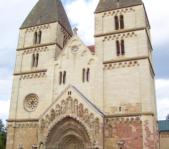 A jáki templom a hazai középkori monostorok közül az egyedüli, amelyik épségben fennmaradt.