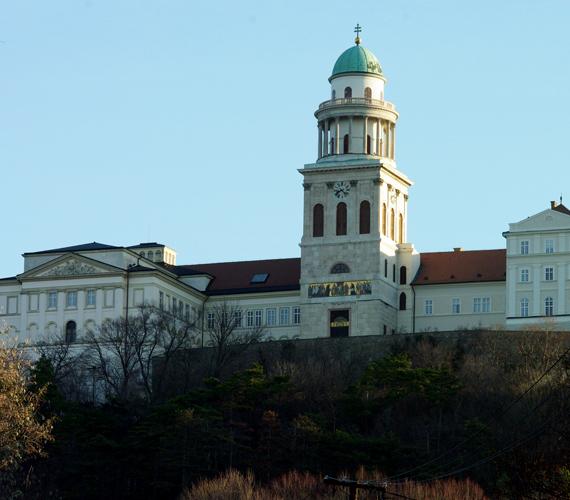 A Pannonhalmi Bencés Főapátság 1996 óta a Világörökség része, könyvtártermében 400 ezer könyvritkaság található.
