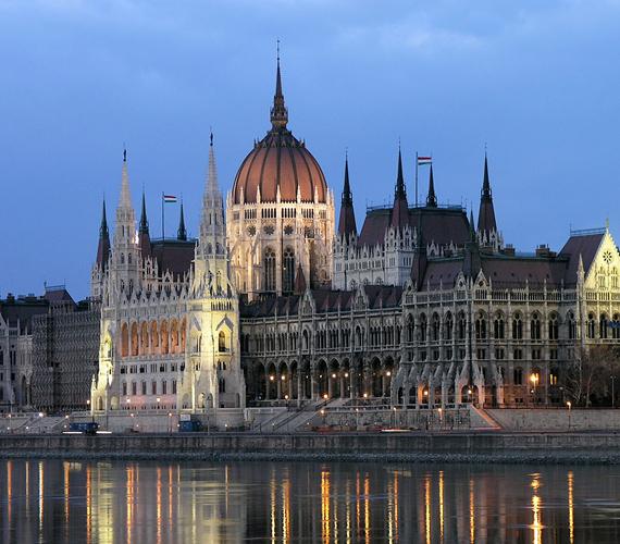 A Duna-partján magasodó Országházat 1885-1904 között építették, Steindl Imre tervei alapján.