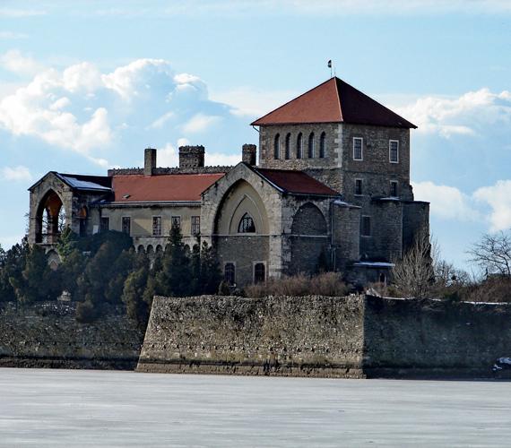 Az 1397-ban építetett tatai vár Magyarország egyik leghíresebb vizesárokkal körülvett vára.