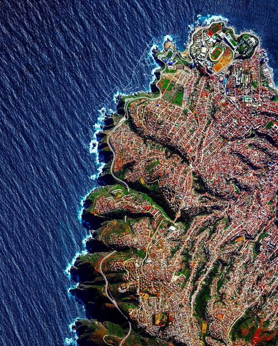 Chile legnagyobb és egyben legszínesebb kikötővárosa,Valparaíso látható ezen a bámulatos képen. A virágzó, szeles óceánparti várost eddig csak kevesen ismerhették erről az oldaláról.