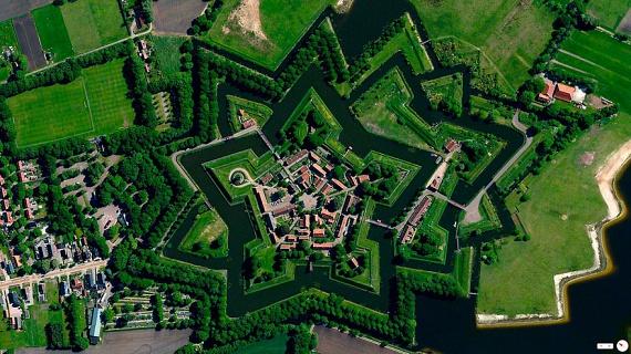 A madártávlatból szemlélt tájról Európában is készültek különleges felvételek. Ez a fotó az észak-holland Bourtange község furcsa, csillagszerű településrajzát mutatja.