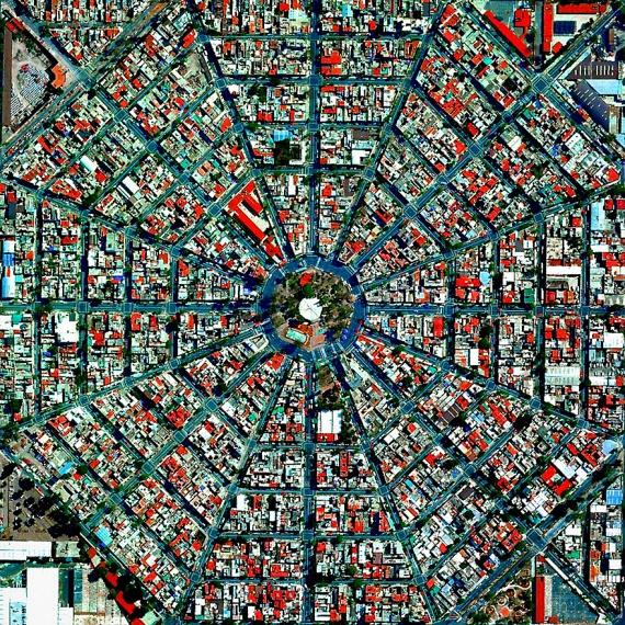 A Föld egyik legnagyobb és legnépesebb városa is furcsa látványt nyújt felülnézetből. A közel kilencmilliós Mexikóváros az agglomerációs területtel együtt 23 millió fősre duzzad, településképe azonban meglepően rendezettnek tűnik a magasból.