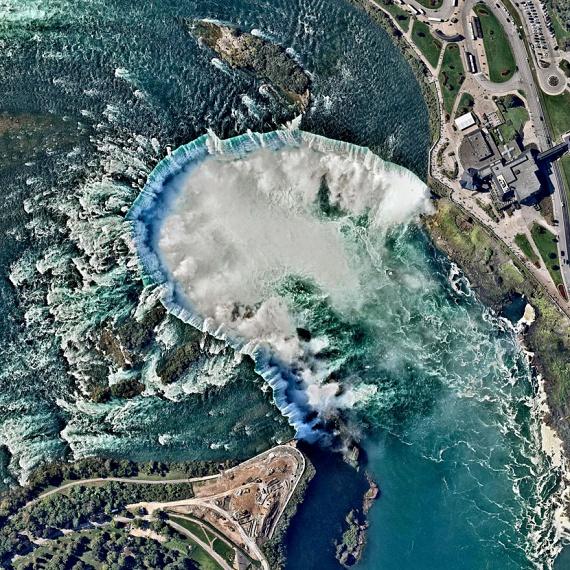 A Kanada és az Egyesült Államok határán húzódó Niagara-vízesés az észak-amerikai kontinens egyik legromantikusabb és egyben legkedveltebb turisztikai attrakciója. A hely cseppet sem veszít szépségéből a különös légi felvételen.