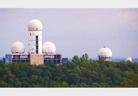 A Teufelsberg kiváló adottságait kihasználva a National Security Agency - NSA - öt radartornya emelkedett a magasba.
