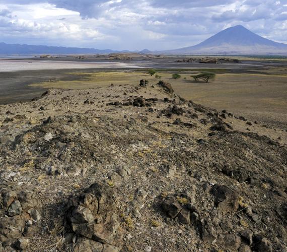 A tó mellett magasodik az Ol Doinyo Lengai-vulkán, mely jelenleg is aktív, lávája pedig ásványi anyagban gazdag.