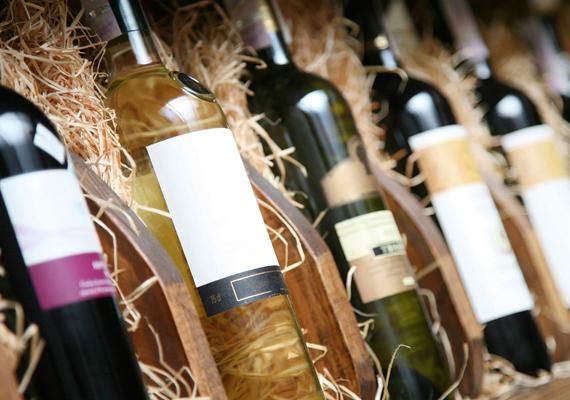 Ha alkoholt hozol ajándékba, fontos ügyelned a mennyiségre, ugyanis ez csak bizonyos mértékig vámmentes. Az Európai Unión kívüli utazás esetében szőlőborból négy litert, sörből 16 litert szállíthatsz, más alkoholos termékekből pedig típustól függően egy vagy két litert. Az unión belül enyhébbek a szabályok: borból és pezsgőből 90 litert, sörből 110 litert, köztes alkoholtermékből 20 litert, más alkoholtermékből pedig 10 litert hozhatsz be magáncélra vagy ajándékba. Ha bármelyiknél eléred a limitet, másra már nem vonatkozik a vámmentesség.