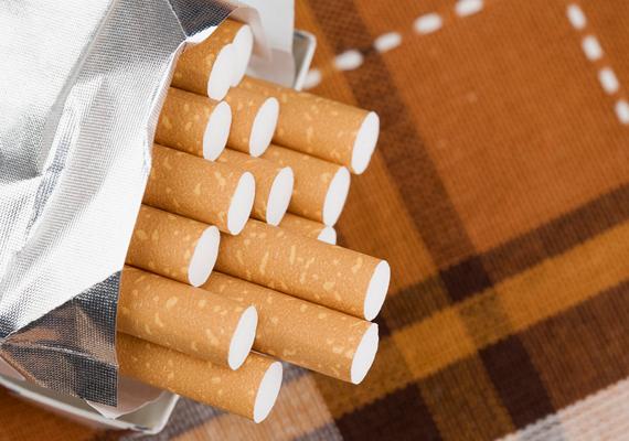 Utóbbi a dohánytermékekre is igaz. Az unión belülről 800 szál cigarettát, 400 szivarkát, 200 szivart vagy 1000 gramm fogyasztási dohányt szállíthatsz be vámmentesen. Harmadik országok esetében légi utasként 200 szál cigarettát, 100 szivarkát, 50 szivart vagy 250 gramm dohányt, nem légi utasként azonban csak 40 szál cigarettát, 20 szivarkát, 10 szivart vagy 50 gramm dohányt hozhatsz.