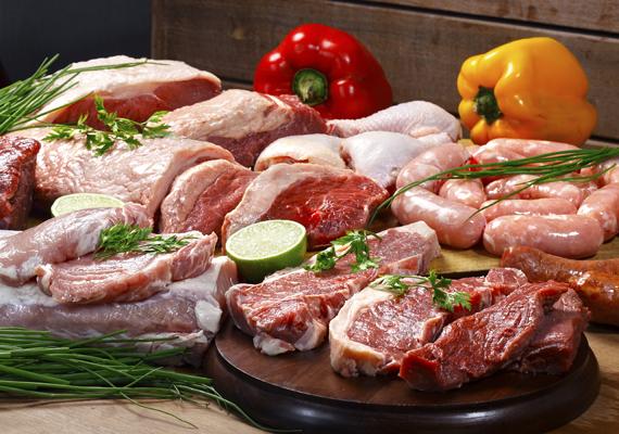 A NAV szabályai szerint jobb, ha nem szállítasz nyers húst harmadik országokat érintő utazás esetében, ez ugyanis csak szigorú szabályok és állatorvosi ellenőrzések betartásával engedélyezett. Emellett az adott hús tiltólistás is lehet, például járványok esetében.