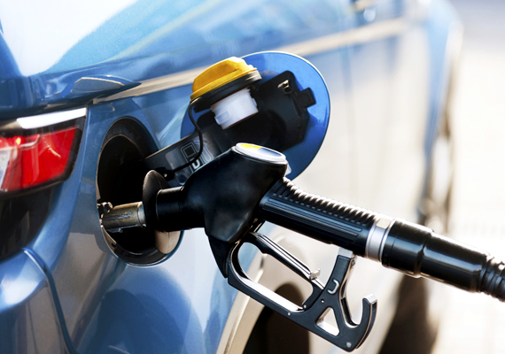 Az Európai Unió határainak átlépése esetében azt az üzemanyag-mennyiséget, mely a tankban van, vámmentesen hozhatod be az országba, illetve ezen felül is még tíz litert.