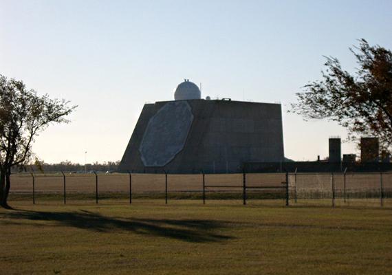 Ez az előbb említett radar, mely érzékeli az ellenséges behatolást. A műszer még ma is működik.