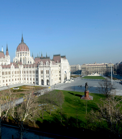 Kossuth térA budapesti Kossuth Lajos tér kiemelt nemzeti emlékhelynek számít, mint a nemzet főtere, illetve számos lényeges történelmi esemény helyszíne. Az V. kerületben, a Duna partján elterülő, frissen felújított teret jelenlegi formájában 2014. március 15-én adta át Áder János köztársasági elnök.