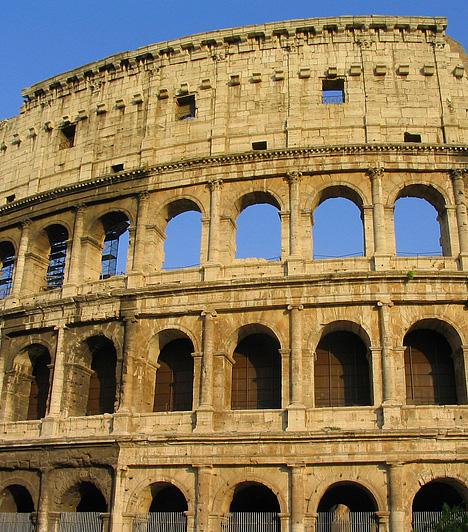 Colosseum, Róma, OlaszországA Róma szimbólumának számító monumentális Colosseum időszámításunk után 80-ban épült, Vespasianus császár uralma alatt. Mintegy 188 méter hosszú, csaknem 50 méter magas, és igen bonyolult szerkezeti felépítés jellemzi. A Forum Romanum délkeleti részén álló, eredetileg a gladiátor- és állatviadalok színhelyeként szolgáló építményt évente mintegy 4 millióan keresik fel.