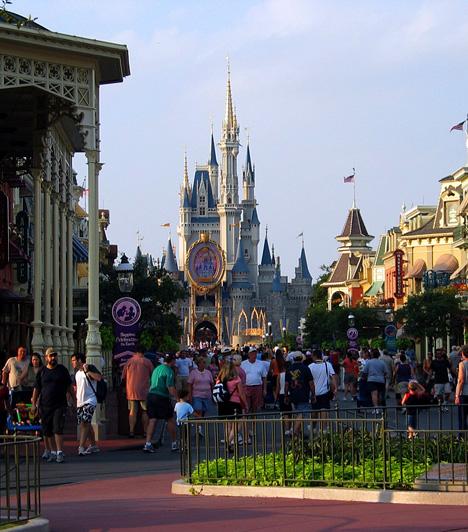 Disney World, Florida, USAFlorida legnépszerűbb turisztikai látványossága saját városában, a Lake Buena Vista területén nyílt meg 1971. október 1-jén, 16 évvel idősebb testvére, a kaliforniai Disneyland után. A Csipkerózsika kastélyát, a jövő városát, a vadnyugatot, emellett pedig a világhírű Cirque du Soleil saját teátrumát is felvonultató szórakoztató központot 16 millióan látogatják meg évente.