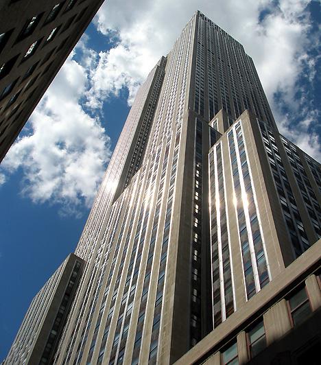 Empire State Building, New York, USAA 102 emeletes és 381 méter magas Empire State Building New York városának jelképe, egyben jelenlegi legmagasabb épülete. A Manhattanben magasodó toronyba 1860 lépcső és 75 lift visz fel, megépítése azonban csak egy évig és 45 napig tartott. A jelenleg irodaépületként funkcionáló építményt 4 millióan keresik fel évente.
