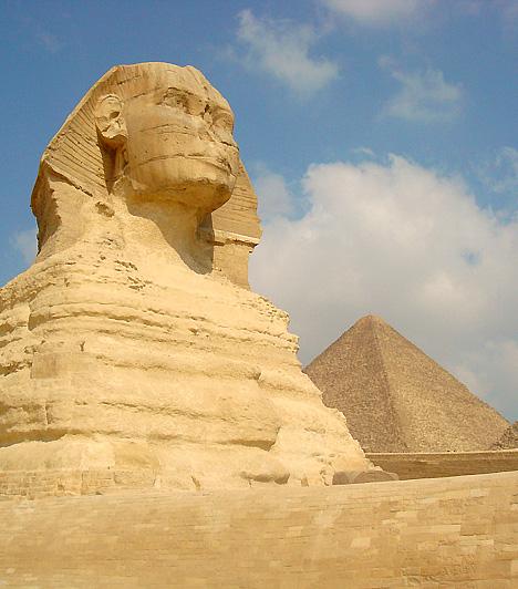 A Nagy Piramis, Gíza, EgyiptomA gízai piramisok a legrégebbiek az ókor hét csodája közül, emellett az egyedüliek, melyek a mai napig fennmaradtak. A kínai nagy fal mellett a piramisok és a hozzájuk csatlakozó kultikus építmények, valamint a sírmezők - melyek a körzetet halotti várossá avatták - összessége a kínai nagy fal mellett a legnagyobb ismert építménynek számít. Évente mintegy 3 millió turista látogat ide.