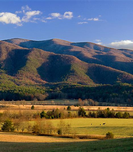 Great Smoky Mountain Nemzeti Park, USAAz Egyesült Államok egyik legvarázslatosabb vidékét magába foglaló nemzeti park az észak-amerikai kontinens keleti felén található, Tenessee és Észak-Karolina határán. Az Appalache-hegységnek, a magas sziklafalaknak, a szurdokoknak, a vízeséseknek és a mesés vadvilágnak köszönhetően az USA leglátogatottabb nemzeti parkja. Évente 9,2 millióan keresik fel.