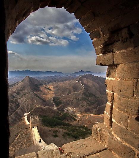 A kínai nagy fal, Kína  A kínai nagy fal, vagyis az ország keleti határán épített erődítményrendszerek összessége az időszámításunk előtti 3. illetve a 17. század között épült. A több mint hatezer kilométer hosszú fal célja az volt, hogy megvédje Kína földművelő lakosságát az északi nomád törzsek, elsősorban a hunok támadásaitól. A nagy fal ma az UNESCO Világörökségi listájának részét képezi, és évente mintegy 12 millióan látogatják meg.  Kapcsolódó szolgáltatás: Világörökség linkgyűjtemény »