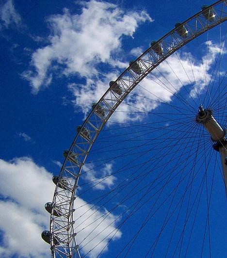 London Eye, London, Egyesült Királyság  A London Eye-t, vagyis a Millenniumi Kereket 1999-ben készítették el, majd 2000-ben adták át a nagyközönségnek. A 135 méter magas szerkezet 2006-ig a világ legmagasabb óriáskerekének számított. A Temze keleti partján álló és egész Londonra kiváló panorámát nyújtó látványosságot évente körülbelül 3,5 millió turista keresi fel.