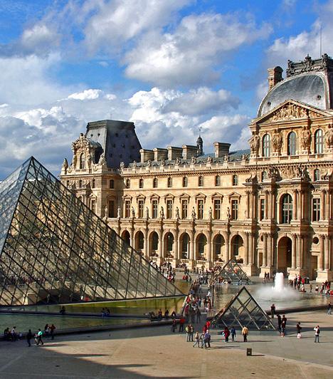 Louvre, Párizs, FranciaországAz eredetileg királyi kastélynak szánt épületegyüttes ma Párizs nemzeti, egyúttal a világ egyik legismertebb múzeumának ad otthont, mely az európai képzőművészetek mellett egyiptomi, iszlám, etruszk és óceániai emlékeket is bemutat. A Louvre újabb jelképének számító üvegpiramist 1989-ben adták át. Dan Brown regényeinek köszönhetően a múzeum népszerűbb, mint valaha - évente közel 7,5 millióan látogatják meg.