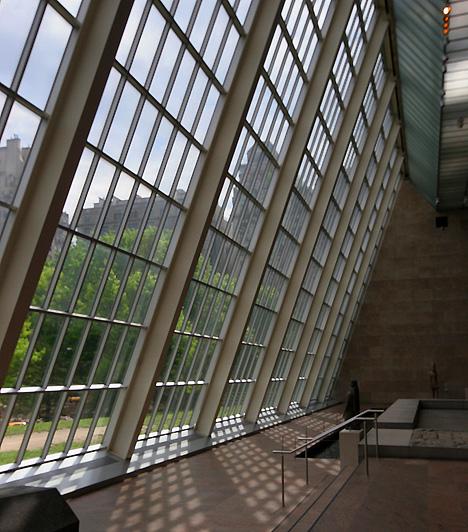 Metropolitan Múzeum, New York, USA  A New York-i Central Park keleti végén található múzeum Amerika egyik leghíresebb képzőművészeti gyűjteményének ad otthont. Részletesen mutatja be az amerikai művészetet, mindemellett jelentős és egyedülálló a populáris kultúrát és a kortárs művészeteket bemutató gyűjteménye is. A múzeumot évente 4,5 millióan keresik fel.