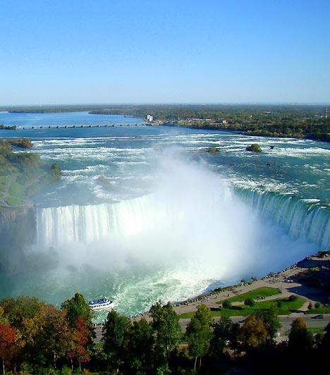 Niagara-vízesés, Kanada és az USA határaA Niagara folyón található hatalmas vízesésegyüttes Kanada Ontario tartományának, illetve New York állam határán fekszik. A vízesés különlegességét elsősorban szélessége adja, melynek köszönhetően több mint 168 ezer köbméter víz zúdul le percenként a mélybe. A különleges szépségű természeti képződményt évente 14 millióan keresik fel.