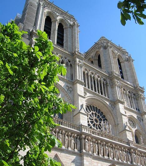 Notre Dame, Párizs, Franciaország  A Victor Hugo regényéből is ismert székesegyház Párizs legismertebb temploma, egyben Franciaország egyik nemzeti jelképe. A gótikus stílusú templom alapkövét 1163-ban fektették le, majd 170 évig építették. Monumentális belső tere egyszerre hatezer hívőt képes befogadni. Évente több mint 12 millióan zarándokolnak el hozzá.