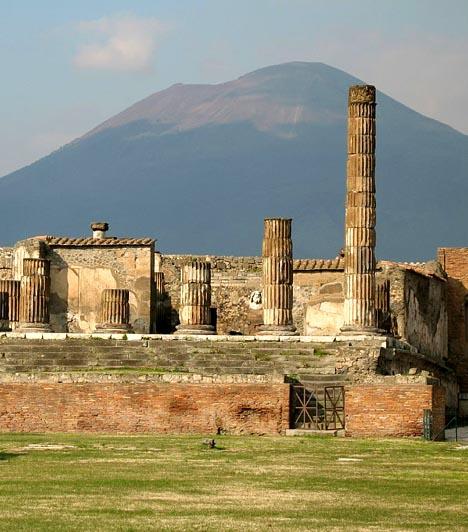 Pompei, Olaszország  A Nápoly közelében fekvő ókori római várost a Vezúv kitörése pusztította el időszámításunk szerint 79-ben. A vulkán egyúttal több méter vastag hamuréteggel borította be a várost, így annak örökségét megőrizte az utókornak. A romokat csak 1600 évvel később fedezték fel, ma azonban Olaszország egyik legkiemeltebb turisztikai célpontja. A Világörökség részét képező helyet évente 2,5 millióan keresik fel.  Kapcsolódó cikk: Fotókon az eltemetett város »
