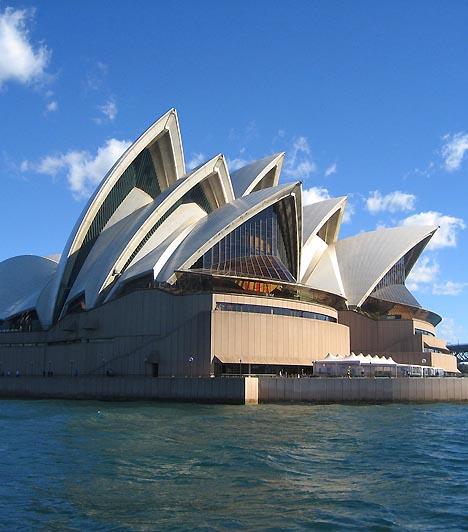 A Sidney-i Operaház, Sidney, AusztráliaA híres operaház megépítésére 1954-ben írtak ki pályázatot, melynek nyertese egy ismeretlen dán építész lett, akit Sydney hatalmas jachtkikötőjének vitorlásai ihlettek meg a terv elkészítése során. A világűrkorszak gótikájaként emlegetett operaházban található a világ legnagyobb színpadi függönye, egyúttal a legnagyobb mechanikus orgona is. Az operaházat évente 4 millióan keresik fel.
