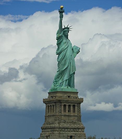 Szabadság-szobor, New York, USAA New York előtt, a Hudson-folyó torkolatánál álló Szabadság-szobrot Franciaország adta az Egyesült Államoknak, utóbbi függetlenségének százéves évfordulója alkalmából. A Liberty Island-en található 93 méter magas kolosszus belsejének egy része a nagyközönség számára is látogatható. A New York és az újvilág jelképének számító szoborhoz évente csaknem 4,3 millióan látogatnak el.