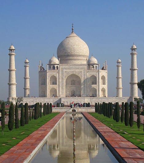 Tádzs Mahal, Agra, IndiaAz indiai Agrában található, 17. században épült mauzóleumot Sahdzsahán császár építtette felesége, Mumtaz Mahal halálakor. A legenda szerint a császár megvakíttatta a síremlék építőjét, hogy soha ne alkothasson még egy, a Tádzs Mahalhoz fogható csodát. Az épületet, illetve a patakkal és ciprusokkal díszített, földi paradicsomot jelképező kertet évente mintegy 2,4 millió turista keresi fel.