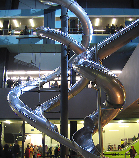 Tate Modern, London, Egyesült KirályságA Tate Modern, vagyis a modern művészetek brit nemzeti galériája 2000-ben nyílt meg, egy használaton kívüli londoni hangár átalakításával. Gyűjteményén kívül az épület különlegességéhez a bent felállított öt óriáscsúszda is hozzájárul, melyek célja, hogy a test és a lélek számára is játszóteret biztosítsanak. A múzeumot 4,2 millióan keresik fel évente.
