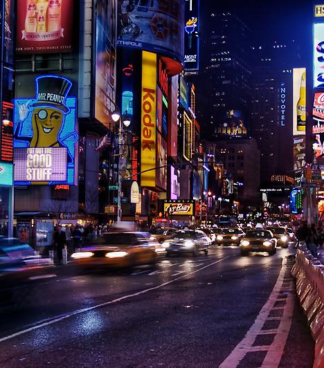 Times Square, New York, USAAz animált fényreklámoktól villódzó, folyton nyüzsgő Times Square New York központjában, Manhattanben található. Nevét a világhírű napilap, a Times, pontosabban annak itt található irodaépülete után kapta. A Times Square ma a város egyik jelképe, egyúttal sokan a világ egyfajta szimbolikus kereszteződésének tekintik. Évente 35 millióan fordulnak meg itt.