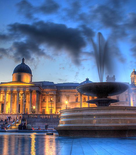 Trafalgar Square, London, Egyesült Királyság  A Trafalgar Square London egyik legnevezetesebb köztere, melynek jelképe a közepén magasodó, csaknem 52 méteres Nelson-emlékoszlop. A tér jellegzetes összképéhez tartozik továbbá a klasszicista stílusú Nemzeti Galéria is. A Trafalgar teret évente mintegy 15 millióan szelik át.