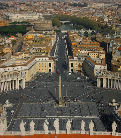 Vatikánváros, OlaszországAz Olaszország területe által körbeölelt Vatikán a katolikus egyház állama, egyben a legkisebb független állam, akár a területét, akár lakosságának számát vesszük figyelembe. A Vatikán legfőbb látnivalói közé tartozik a Szent Péter bazilika, a Szent Péter tér, a vatikáni kertek, a Vatikáni Múzeum, Könyvár, illetve Levéltár. Évente körülbelül 4,2 millióan zarándokolnak el Vatikánvárosba.