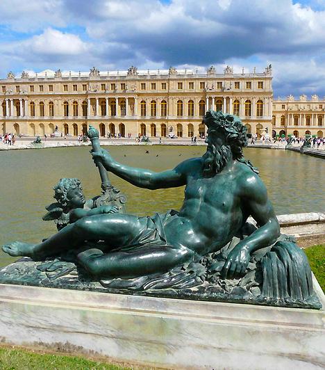 Versailles, Párizs, FranciaországVersailles korábban Franciaország nem hivatalos fővárosának számított, ma pedig Párizs egyik leggazdagabb külvárosa. Látnivalói között elsőként említendő a XIV. Lajos által építtetett fényűző Versailles-i kastély, illetve pompás, számos melléképületet - többek között a Trianon-palotákat is magában foglaló - kertje. Versailles-ba évente 3,45 millióan látogatnak el.