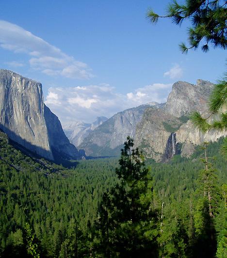 Yosemite Nemzeti Park, Kalifornia, USAAz Egyesült Államok második nemzeti parkja a Sierra Nevada hegyvonulatainak nyugati lejtőin fekszik. Területe több mint 3000 négyzetkilométer, mely érdekességek százait rejti magában, többek között gleccsertavakat, sziklatömböket, ősi mamutfenyőket, nem utolsósorban pedig az 1095 méter magas El Capitan sziklát. A Nemzeti Parkot 3,44 millióan keresik fel évente.