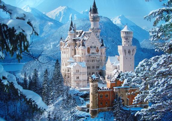 A Neuschwanstein-kastélyt 1869. szeptember 5-én kezdték el építeni a korábbi romos Vorderhohenschwangau-vár helyén. Építését akkor fejezték be, amikor 1886-ban egy állami küldöttség látogatott Lajoshoz azzal a váddal, hogy megőrült, és nem képes tovább irányítani az országot.