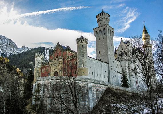 Bernhard von Gudden elmegyógyászt, a kor egyik szaktekintélyét hívták ide, hogy kérdezze ki a szolgákat a király jelleméről. Sokan azt vallották, II. Lajos gyakran volt brutális velük szemben, ez pedig elég indok volt, hogy von Gudden vizsgálat nélkül is őrültnek - paranoid skizofrénnek - nyilvánítsa a királyt.
