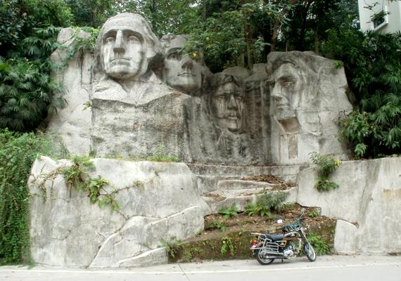 A kínai Chongqingban található Shaping Park legfőképp az egyesült államokbeli Rushmore-hegy elnökszobrainak másolatáról vált ismertté. A látnivaló a kínaiak szándéka szerint azon amerikaiak előtt tiszteleg, akik a második világháború során segítettek harcolni a japánok ellen.