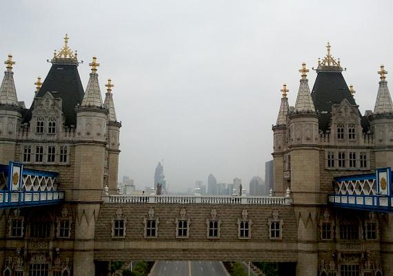A kínaiak a maguk Tower hídját is megépítették. A képen a híres londoni építmény Suzhou-ban található mása látható.