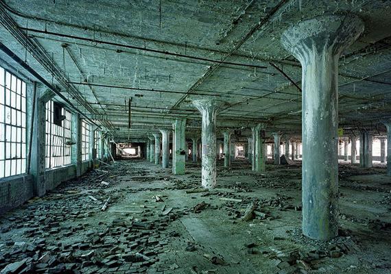 Az amerikai Detroit a hanyatló ipar miatt egyre inkább elnéptelenedik, teljes részei váltak lakatlanná.