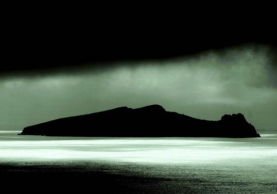 Az írországi Blasket-szigetek közelében fekszik az Alvó óriásnak és Halott embernek is nevezett sziget, mely olyan, mintha egy óriási emberi test lebegne a vízen.