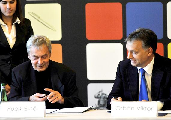Rubik Ernő és Orbán Viktor a projektről szóló szándéknyilatkozat aláírása során.