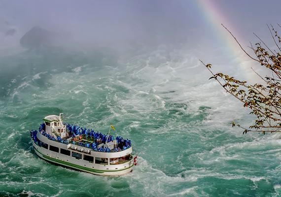 A turisták a klasszikus Maid of the Mist hajótúrák keretében a lehető legautentikusabb módon tapasztalhatják meg, mit is jelent ekkora víztömeg közelében tartózkodni.